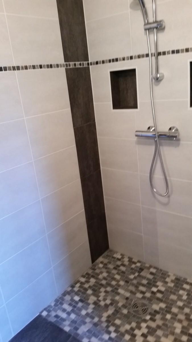r alisation d 39 une salle de bain avec douche a l 39 italienne et cr ation de niche de rangement admin. Black Bedroom Furniture Sets. Home Design Ideas